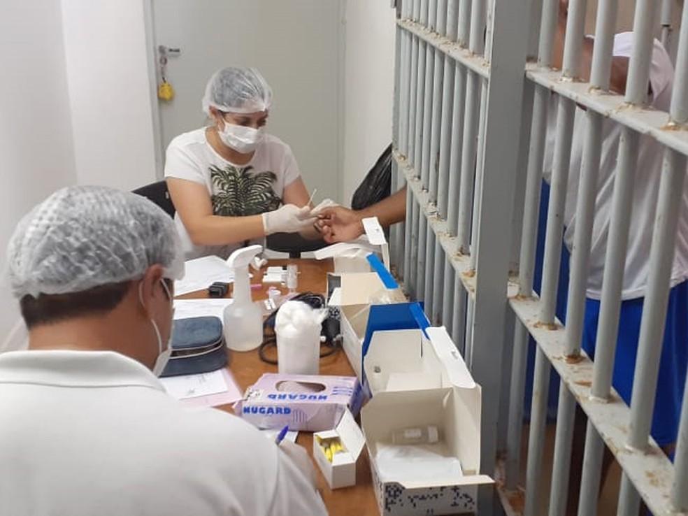 Imagem de 2020: presos sendo testados para Covid na cadeia de Ceará-Mirim — Foto: Ascom/Seap
