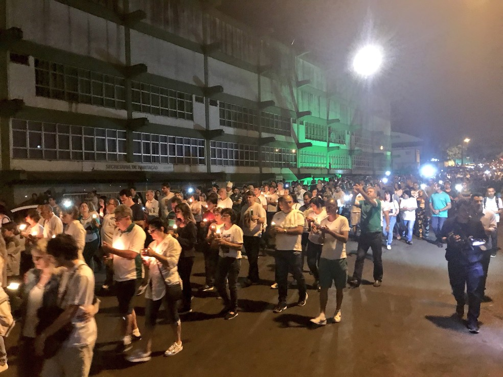 Torcedores saem em procissão pelas ruas de Chapecó na madrugada desta quarta-feira (29) em homegem às vítimas do acidente com o voo da Chapecoense (Foto: Cahê Mota/GloboEsporte.com)