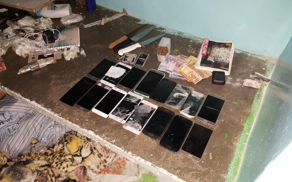 Operação apreendeu dinheiro, facas e dezenas de celulares em presídio de Anápolis (Foto: Divulgação/MP-GO)