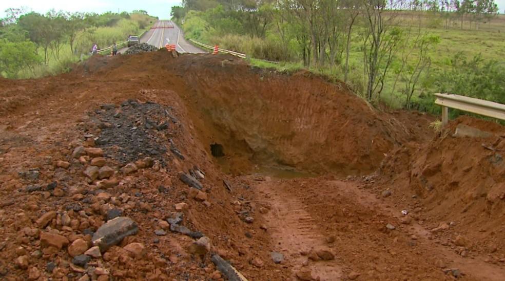 Trecho da Rodovia Armando de Sales Oliveira é interditado em Monte Azul Paulista — Foto: Carlos Trinca/EPTV