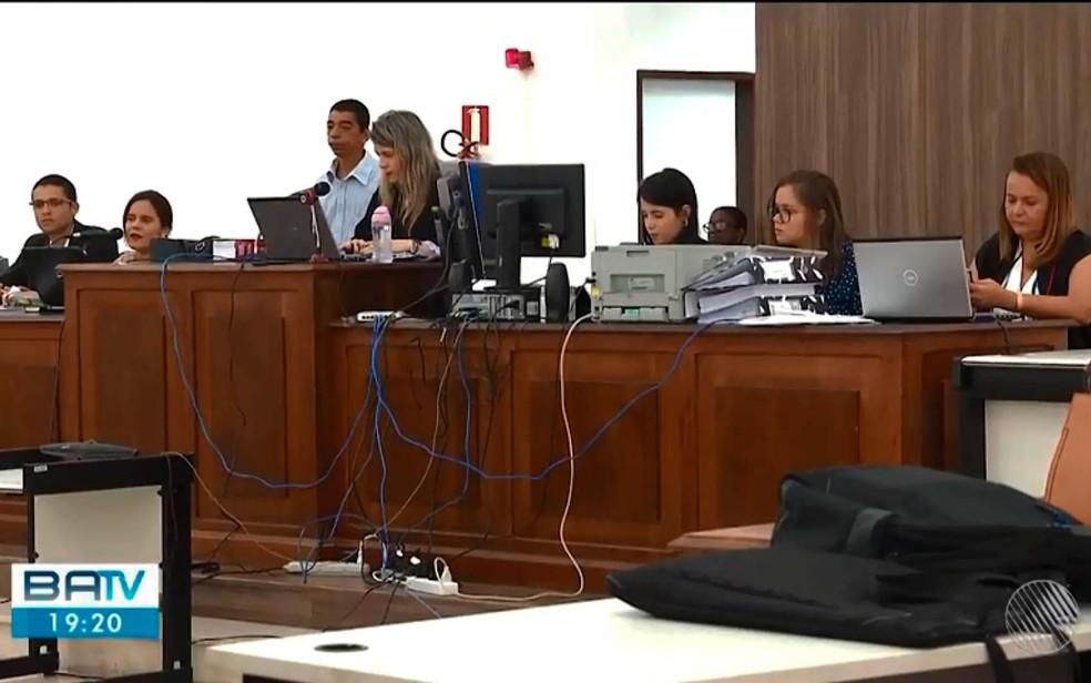 Julgamento de homem suspeito de tentar matar ex-namorada a facadas ocorreu em Feira de Santana, na Bahia — Foto: Reprodução/TV Subaé