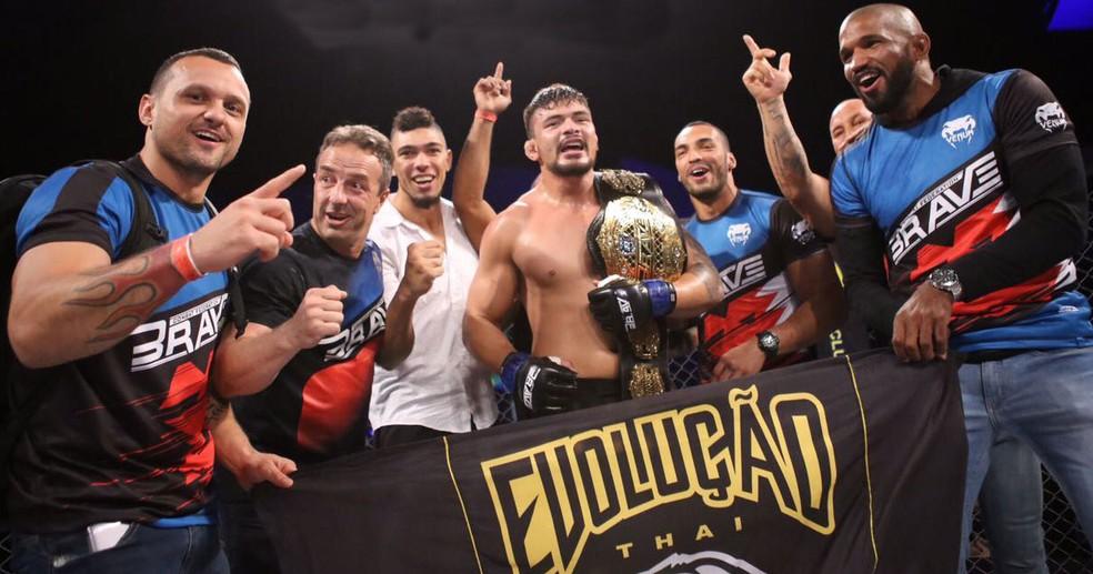 Klidson Abreu conquistou cinturão meio-pesado no Brave 8 (Foto: Divulgação/Brave)