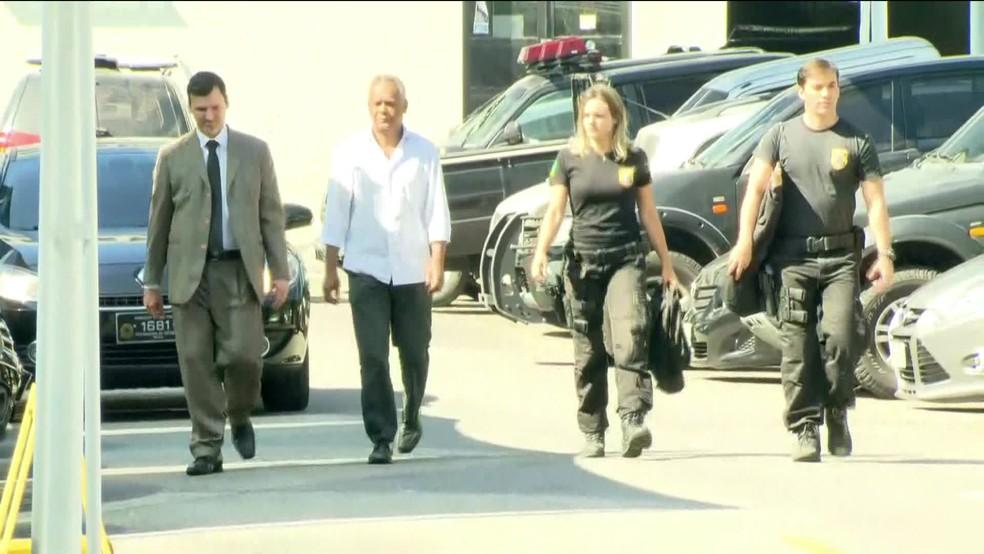 Lélis Teixeira, preso na operação Cadeia Velha, chega à sede da Polícia Federal, no Rio de Janeiro. (Foto: Reprodução/ GloboNews)