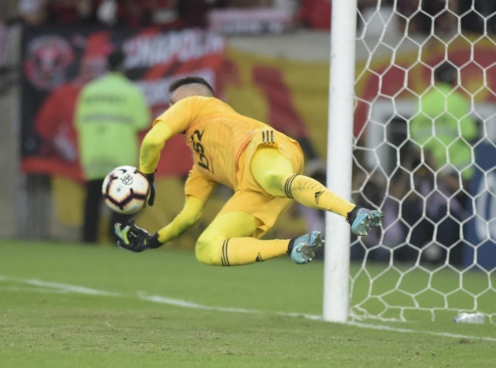 Diego Alves defende pênalti na disputa contra o Emelec — Foto: André Durão / GloboEsporte.com