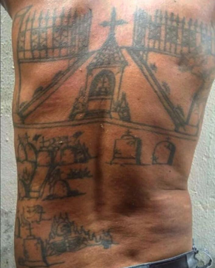 Acusado de assassinatos no Pará tatua nas costas cemitério das vítimas