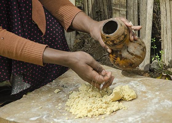 Depois de fermentada por 12 a 15 dias, a massa do kocho é hidratada e amassada como um pão (Foto: Giselle Paulino/ÉPOCA)