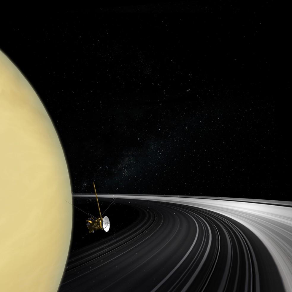 Ilustração do orbitador Cassini cruzando o plano do anel de Saturno. Novas medidas da massa dos anéis dão aos cientistas a melhor resposta até agora sobre a idade deles. — Foto: Nasa/JPL-Caltech