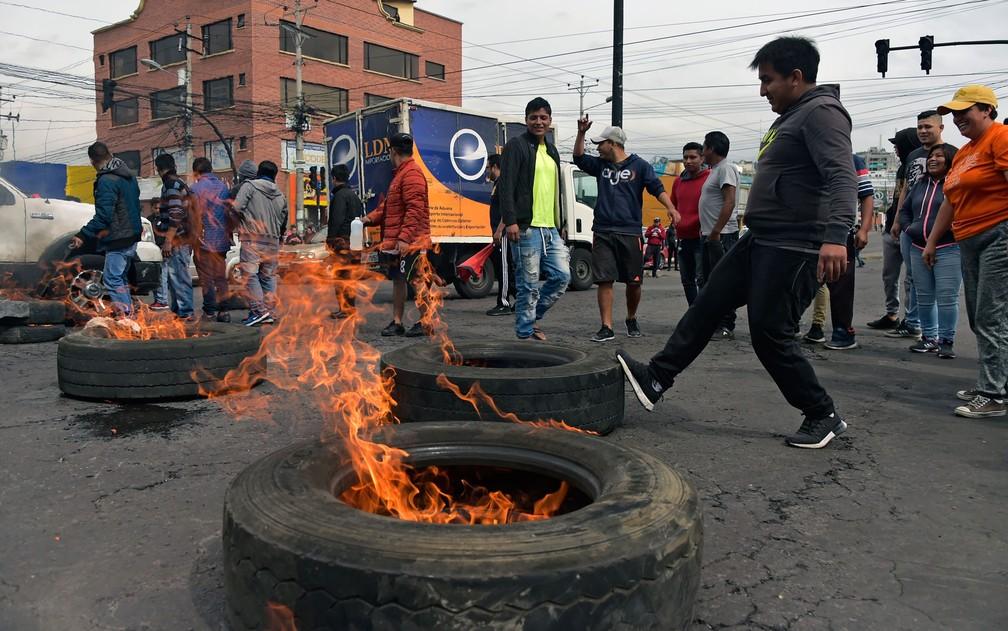 Taxistas queimam pneus para bloquear rua em protesto contra a alta de combustíveis no Equador, em Quito, na quinta-feira (3) — Foto: Rodrigo Buendia/AFP