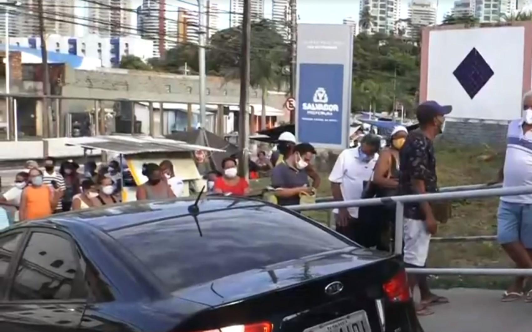 Multicentro do bairro Vale das Pedrinhas, em Salvador, amanhece com longas filas para marcação de consultas