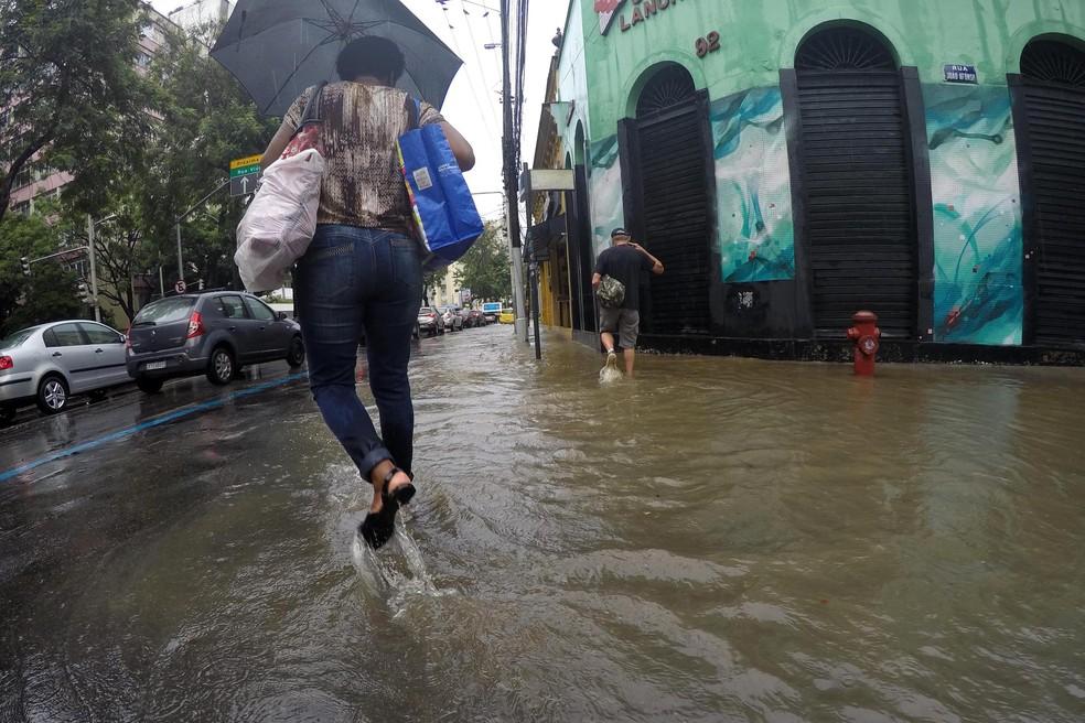 Chuva provoca alagamento na região do colégio Pedro II, no Humaitá, Zona Sul do Rio de Janeiro (RJ), na manhã desta segunda-feira (26).  — Foto: ALESSANDRO BUZAS/FUTURA PRESS/FUTURA PRESS/ESTADÃO CONTEÚDO