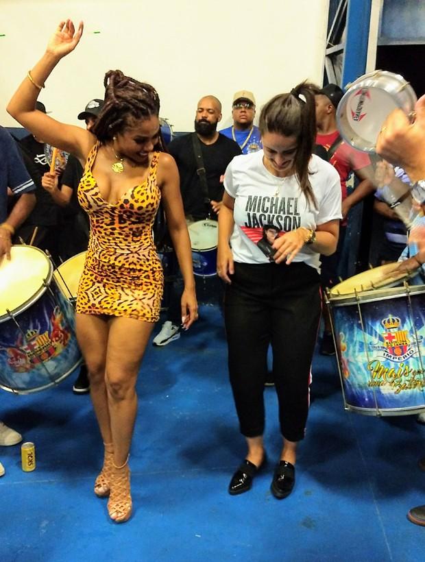 Mari Palma arrisca passos de samba com Valeska Reis (Foto: Pedro Migliolli)