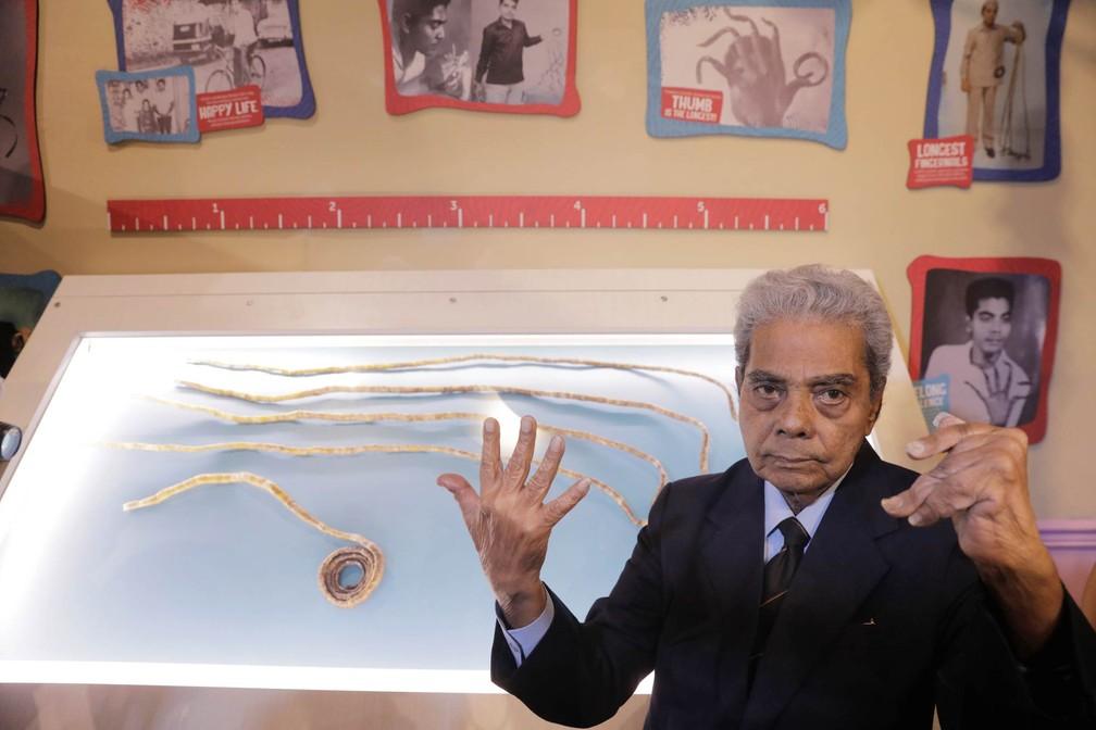 Shridhar Chillal, de 82 anos, posa diante de suas unhas no museu de curiosidades em Nova York (Foto: Lucas Jackson/Reuters)