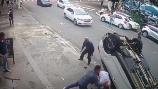 Dupla é presa após atropelar PMs e capotar carro durante fuga
