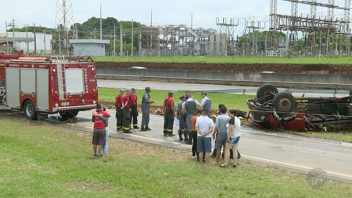 Motorista morre após tombar caminhão carregado com melancias em Campinas