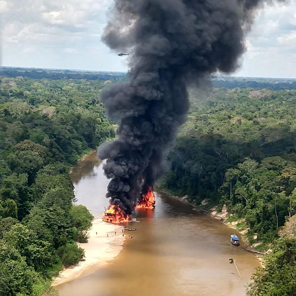 Balsas de garimpo ilegal foram inutilizadas durante operação Korubo. — Foto: Divulgação/Ibama