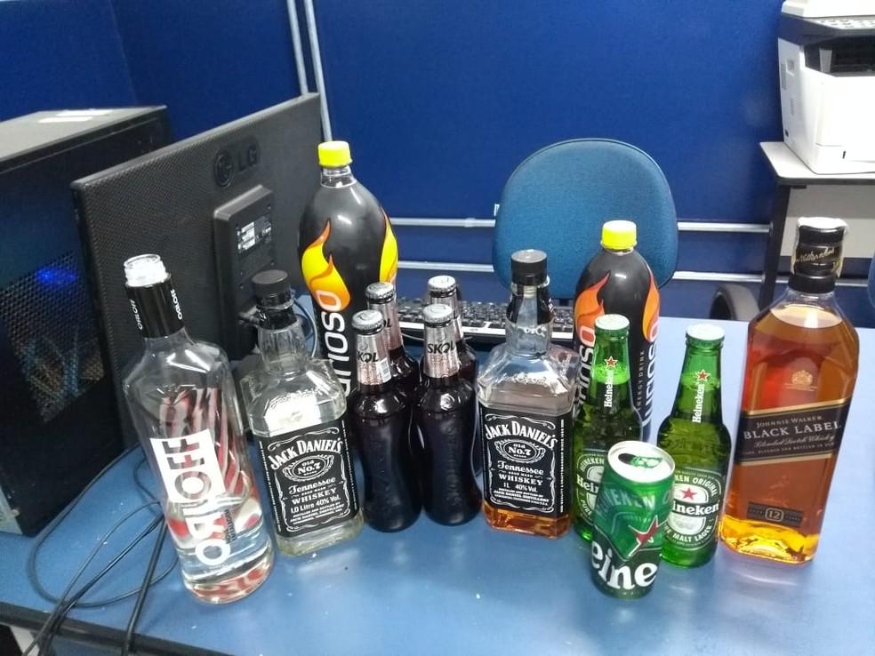 Polícia apreendeu diversas bebidas alcoólicas com adolescente que praticava racha — Foto: Polícia Militar/Divulgação