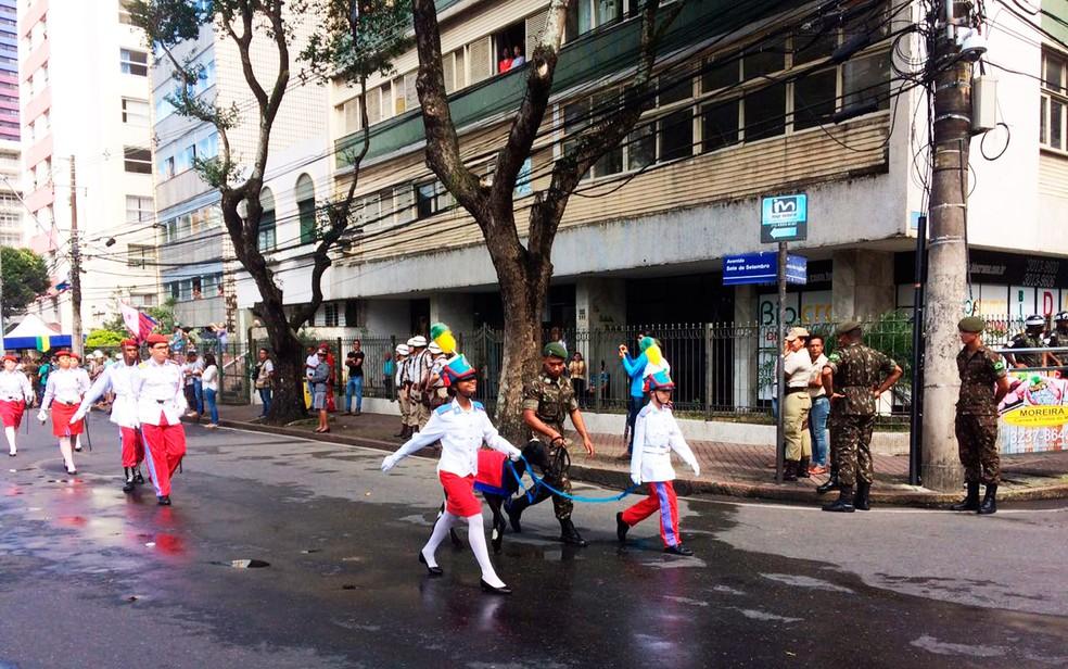 Alunos do colégio militar participam da festa da independência (Foto: Henrique Mendes/G1)
