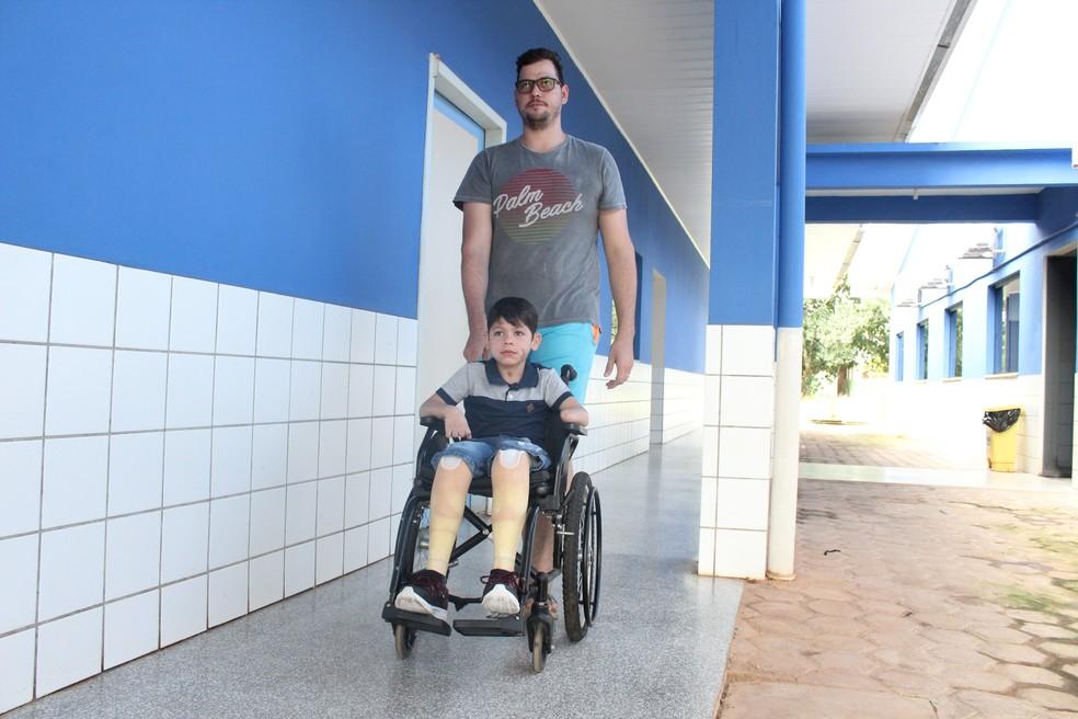 Marcos Cardoso cuida do sobrinho João Victor desde pequeno.  — Foto: Pedro Bentes/G1