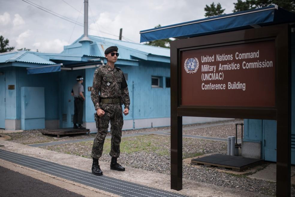 A sala de conferência fica localizada no meio dos dois países; lá dentro, basta andar de um lado a outro para  cruzar  a fronteira (Foto: Ed JONES / AFP)