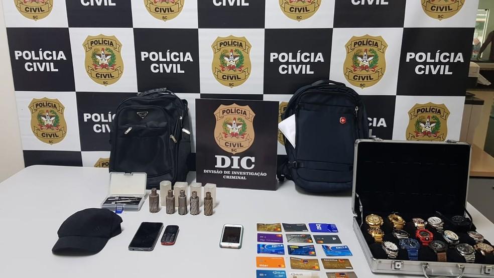 Polícia apreendeu brocas, relógios e cartões com os suspeitos de furtar R$ 180 mil em Bauru — Foto: Polícia Civil/Divulgação