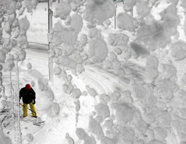 Um homem retira neve com uma pá após a tempestade em Boston, Massachusetts (Foto: Jessica Rinaldi/Reuters)