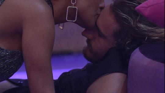 Carolina dá beijo em Alan