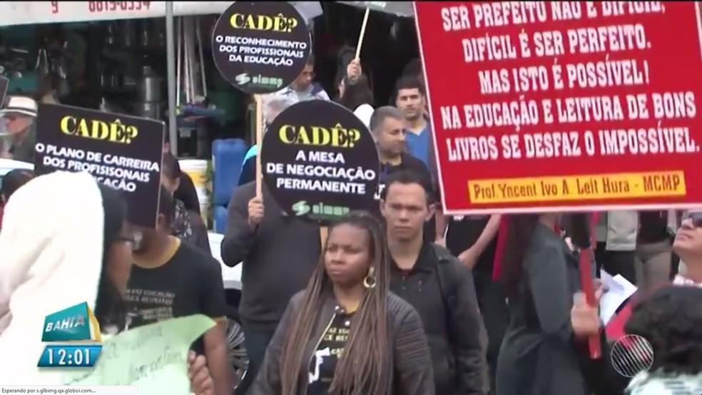 Professores fizeram manifestação durante a manhã (Foto: Reprodução/TV Sudoeste )