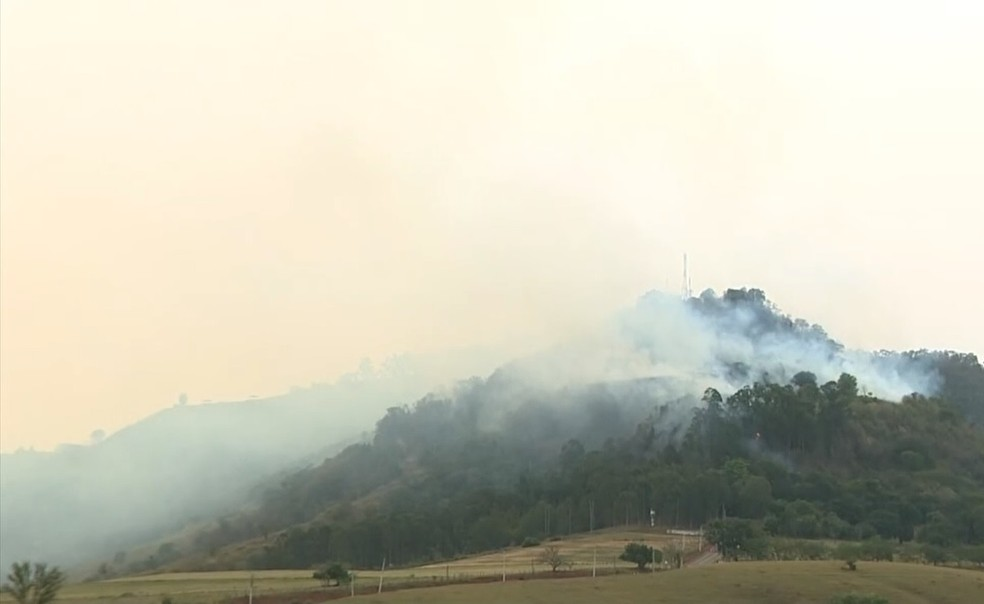 Combate a incêndio na serra de São Pedro começou por volta das 12h desta segunda-feira — Foto: Reprodução/ EPTV