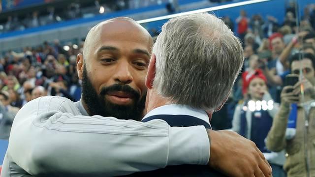 Campeões em 1998 como jogadores, Henry e Deschamps, hoje rivais, se abraçam antes de França x Bélgica