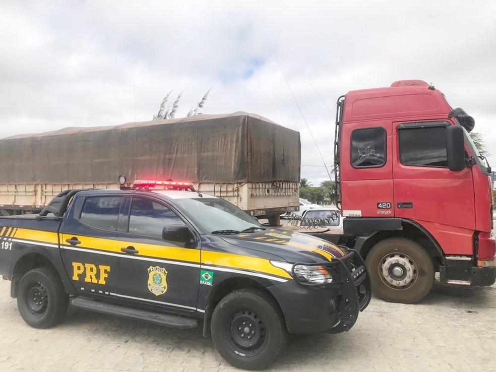 Carga de 31m³ de madeira não possuía a documentação necessária — Foto: Polícia Rodoviária Federal