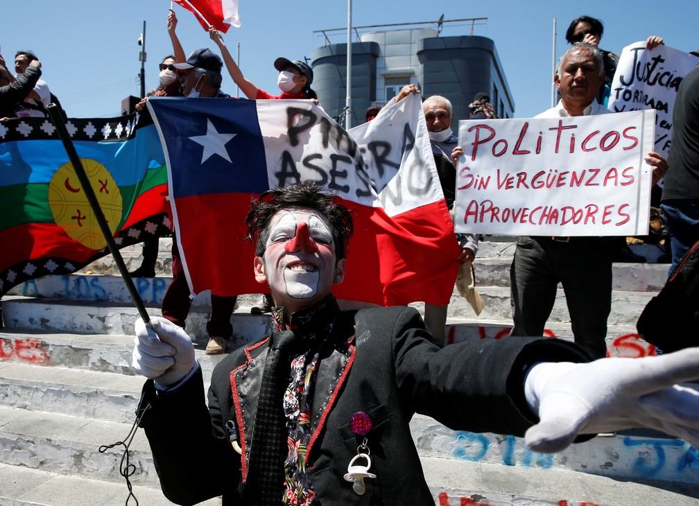 Manifestantes agitam bandeiras em Valparaíso, no Chile, nesta quinta-feira (24) — Foto: Rodrigo Garrido/Reuters