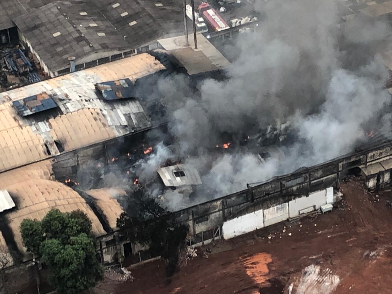 Incêndio em barracão de indústria de Maringá dura mais de 26 horas; parte do telhado cedeu - Notícias - Plantão Diário