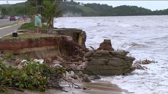 Mar avança e erosão preocupa moradores e comerciantes de Piúma, ES