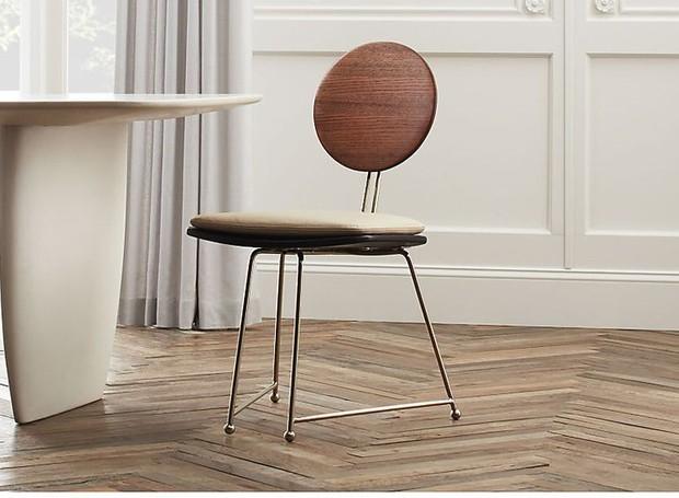Cadeira feita com madeira de origem sustentável (Foto: CB2/ Reprodução)