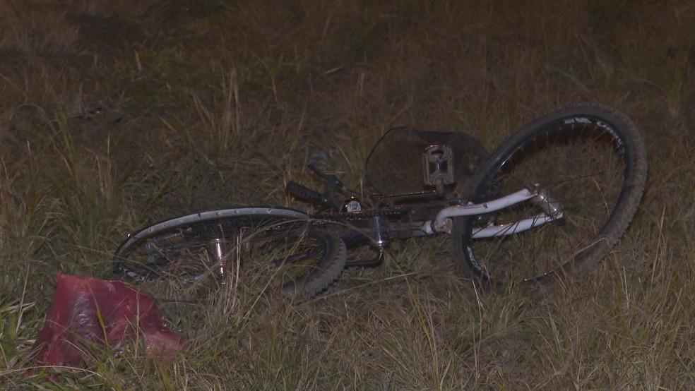 Bicicleta de profissional do SLU nas margens da BR-020 após atropelamento, no DF — Foto: TV Globo/Reprodução