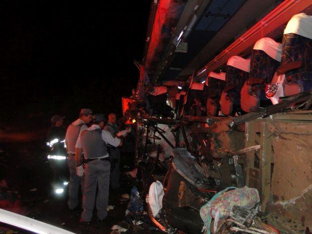 Lateral do ônibus foi arrancada em colisão (Foto: Divulgção / Portal Ternura FM)