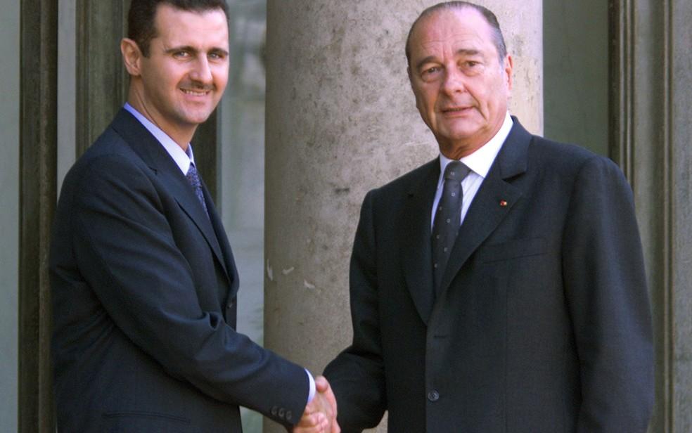 -  Em foto de 25 de junho de 2001, o presidente sírio Bashar al-Assad cumprimenta o então presidente francês Jacques Chirac, em Paris  Foto: Jack Guez/A