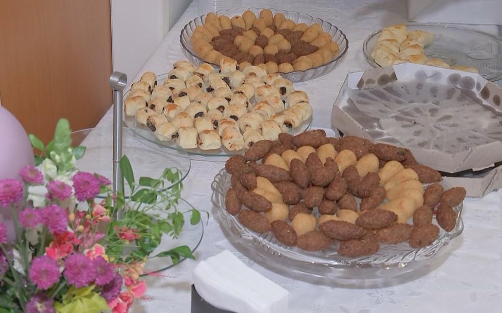 A festa na clínica de Bauru contou com doces, frutas e salgadinhos para alimentar os convidados — Foto: Reprodução/TV TEM