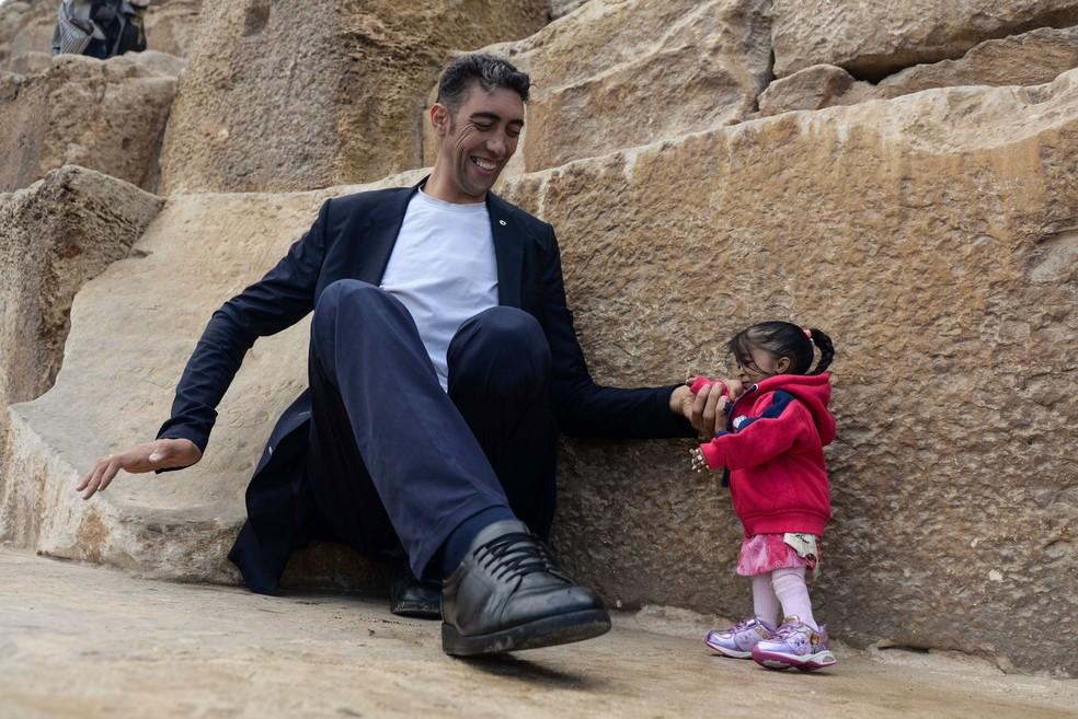 Jyoti Amge e Sultan Kosen visitam as pirA?mides no Cairo (Foto: STRINGER / AFP)