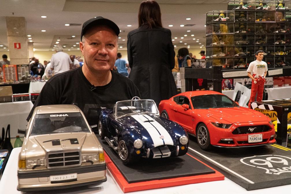 Marcus Vinicius exibe os modelos mais caros do Salão Diecast: Mercedes 190E, Shelby Cobra e Ford Mustang, de R$ 12 mil, cada — Foto: Eduardo Palácio/G1