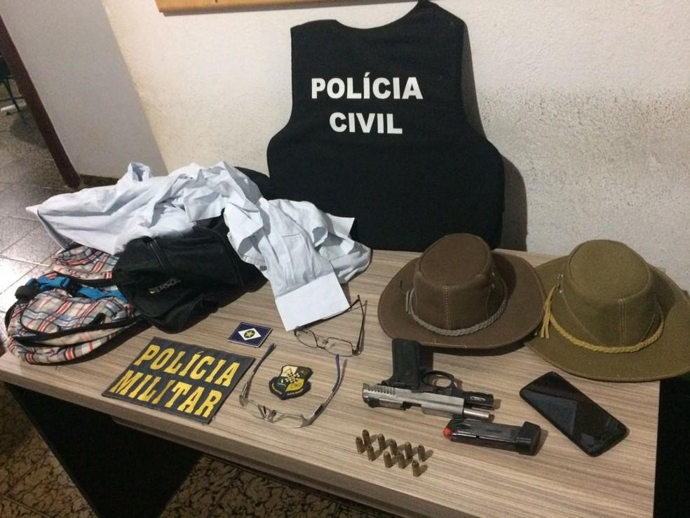 Arma e roupas foram apreendidas com os dois suspeitos presos (Foto: Polícia Civil de Mato Grosso)