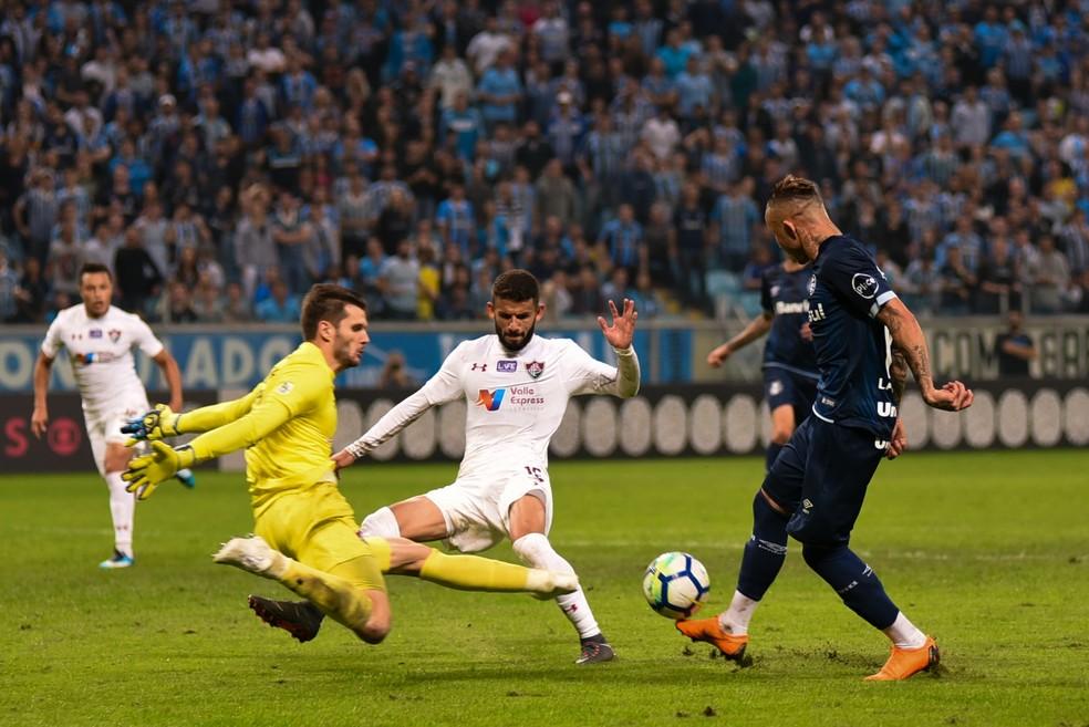 Júlio César impede gol de Everton em Grêmio x Fluminense (Foto: RODRIGO ZIEBELL/ESTADÃO CONTEÚDO)