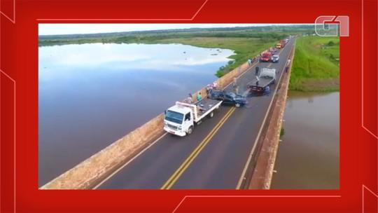 Traficante se assusta ao ver viatura, capota carro, foge nadando em rio e maconha fica espalhada; veja vídeo