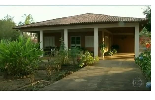 Casa da fazenda é rodeada por um jardim com uma pequena horta (Foto: Reprodução)