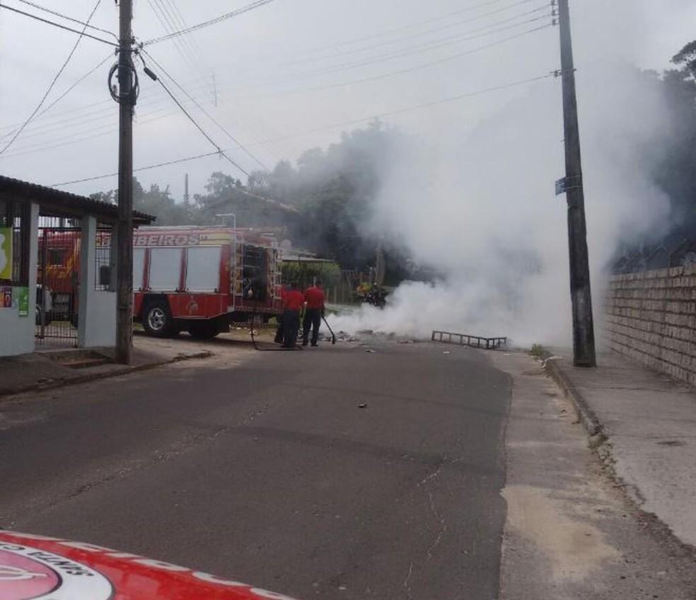 Barricada bloqueou rua no bairro dos Ingleses em Florianópolis (Foto: Corpo de Bombeiros/Divulgação)