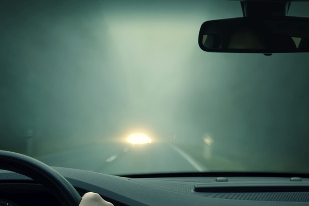 Motorista dirigindo a noite com neblina e nevoeiro (Foto: Divulgação)