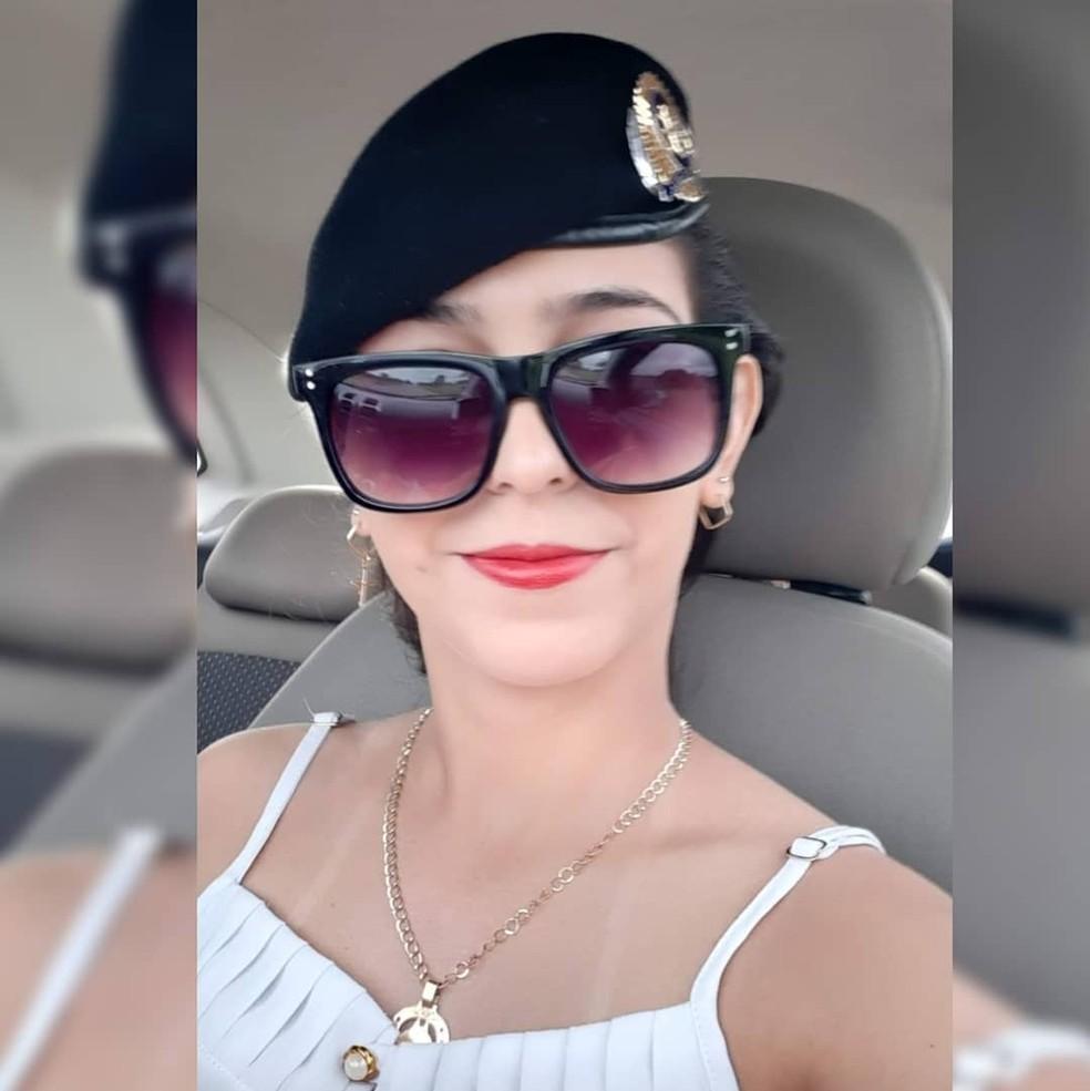 Em foto, Kesia aparece usando boina do marido PM, pois sonhava também ser policial — Foto: Facebook/Reprodução