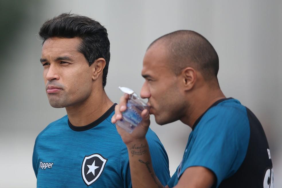 Dudu Cearense com Roger antes do atacante descobrir o problema de saúde (Foto: Vitor Silva/SSPress/Botafogo. )