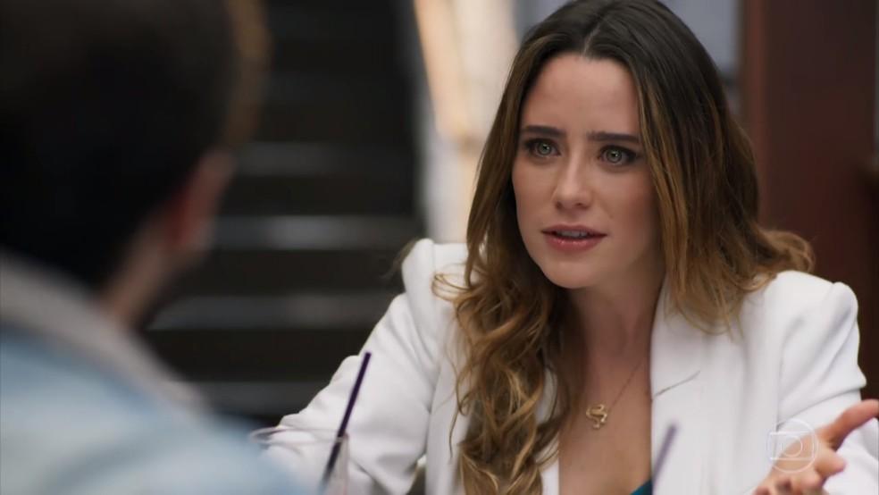E Bruna (Fernanda Vasconcellos) não compreende por que Giovanni (Jayme Matarazzo) não fica aliviado com a notícia - 'Haja Coração' — Foto: Globo