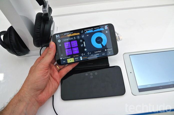 Hero 2 acompanha um minidock que simula uma mesa de DJs (Foto: Fabrício Vitorino/TechTudo)